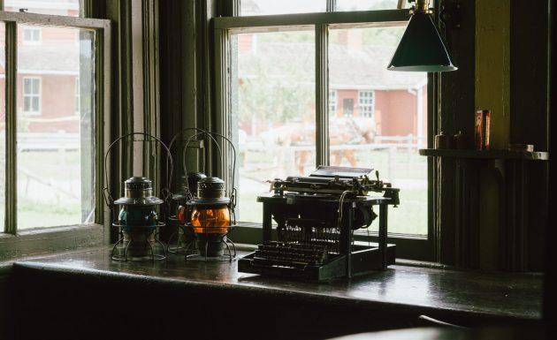 cropped-2016-06-life-of-pix-free-stock-typewriter-lamps-apartment-nickstanley.jpg